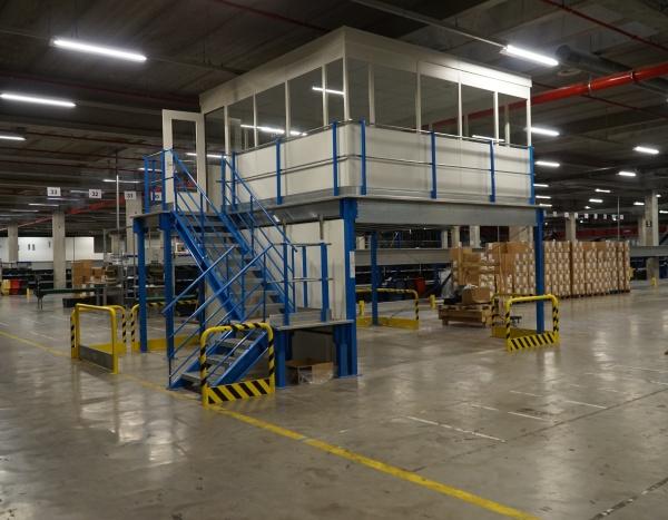 Cloisons industrielles sur mesure avec escalier d'accès