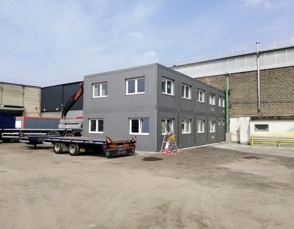 Extension d'une usine avec 10 modules de 800 x 300 cm servant de bureau