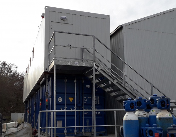 Superposition d'un module de 1200 x 300 cm et d'un module de 600 x 300 cm sur des containers maritimes
